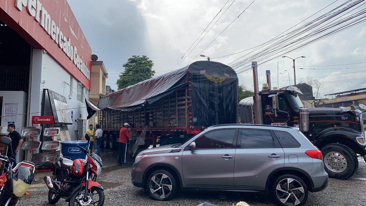 Descarpando la troca para poder descargar en Ibagué