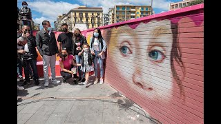 Ecco il murales per Noemi, la bimba ferita per errore: «La piazza è nostra, non dei clan»