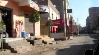 Fahrt mit dem Taxi durch ein Dorf in Aegypten