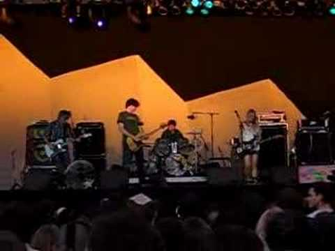Sonic Youth palaying