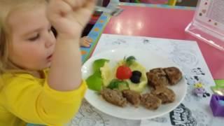 ВЛОГ: ЧУДО ПАРК детское кафе. Даша обедает детское меню,вкусно и весело.(, 2016-08-14T11:34:45.000Z)