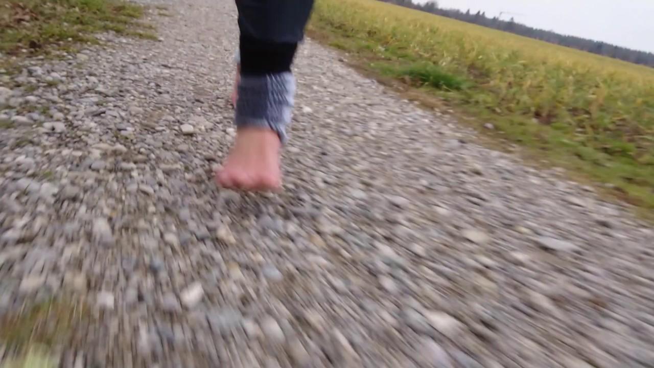 barfuß laufen auf kiesweg - youtube