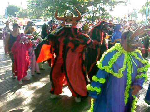 Carnaval en Ponce, vejigantes bailando