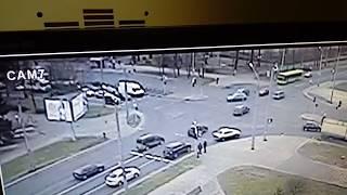Экранка: в Гродно девушка поехала на красный через поток авто