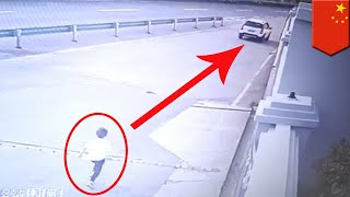 Boy chases car after forgetful parents leave him behind - TomoNews