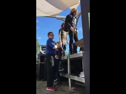 Le groupe Hippie Sabotage se bat avec la sécurité d'un festival