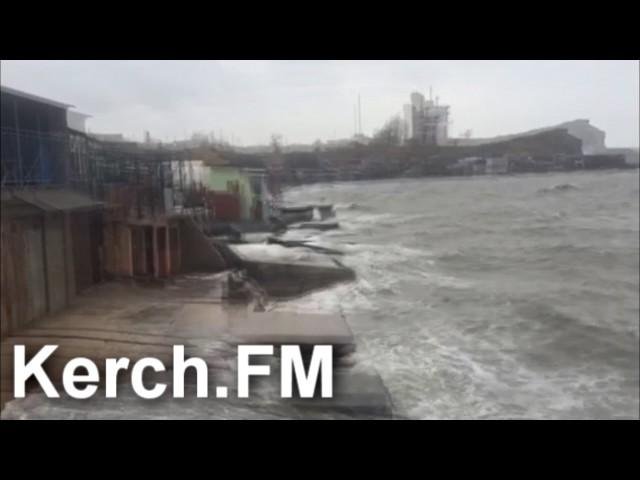 Шторм прибил к берегу трубы, защищающие от волн стройку Керченского моста