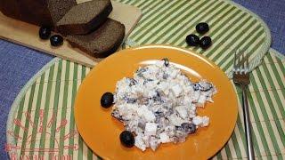 Салат с копченой скумбрией и мягким сыром