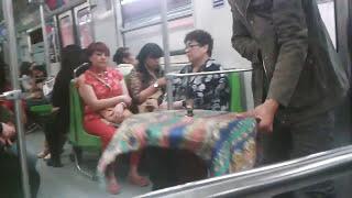 Mago hace volar una mesa en el metro