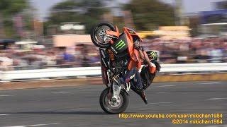 木下真輔選手によるKTMエクストリームバイク・ショーの様子をモータース...