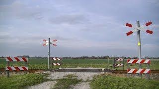 Spoorwegovergang Eenum // Dutch railroad crossing