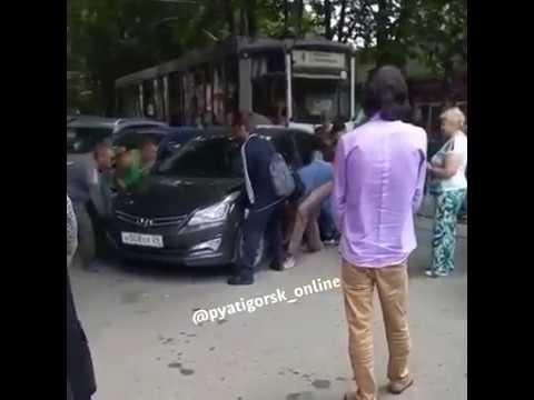 Автохам парализовал движение в Пятигорске - Смотреть видео онлайн