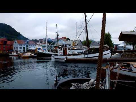 Old wooden boat in small harbour  Stara lod vyplouva z pristavu