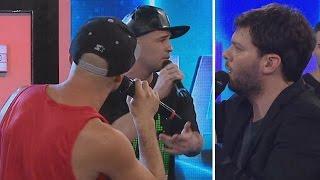 ¡Tensión! Dos raperos dieron batalla y casi se agarran a las trompadas thumbnail