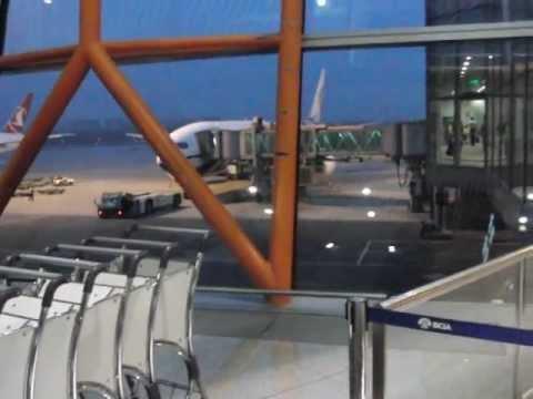 北京首都国際空港のE13ゲート搭乗通路からCA979便・機体までの様子
