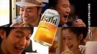 俳優の向井理,さんが玄関先で、配達員役の里見浩太朗さんに「これを飲ん...