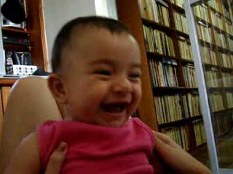 Ana Luíza cai na risada...