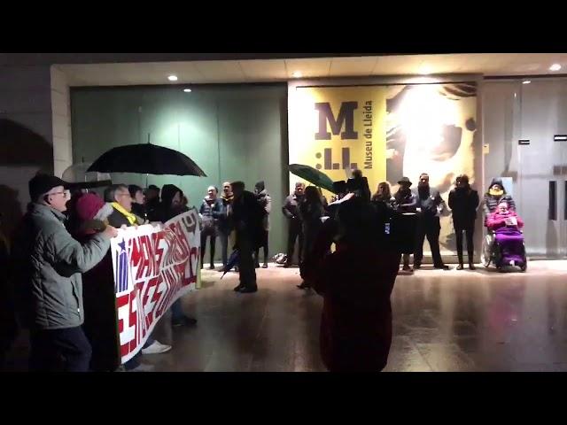 Protestas ante el museo de Lleida por el traslado de las piezas de Sijena
