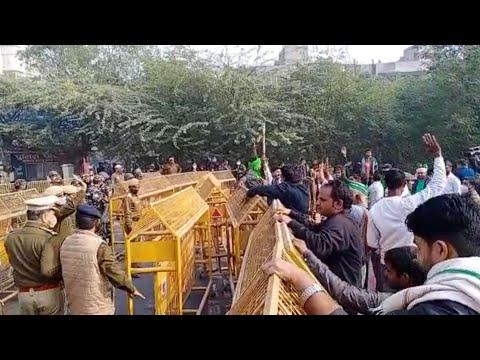#Noida चिल्ला बॉर्डर जाम, गुस्साए किसानों ने लगाए बैरिकेड