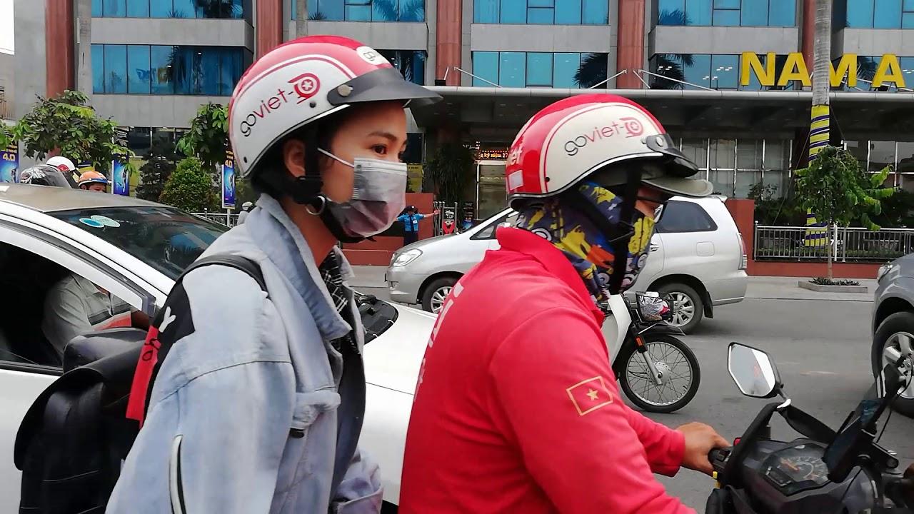 Nghề chú hề lái xe hơi quảng cáo cho rạp xiếc trên mọi nẻo đường ở Sài Gòn.