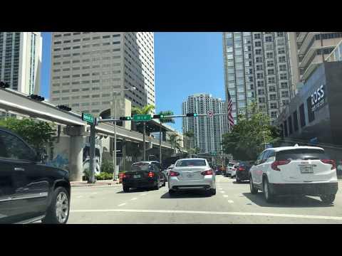 Manejando por el Downtown de Miami y Brickell Avenue en Miami (4K)