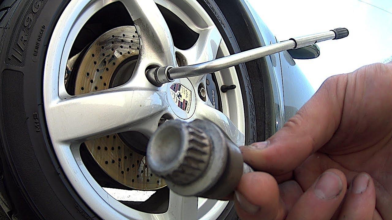 Как открутить секретные гайки на колесе автомобиля без специального ключа
