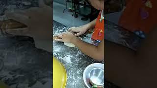 Con gái  tập  làm  bánh bao