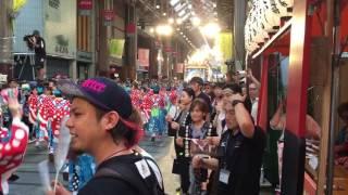 よさこい祭り2016 はりまや橋競演場 三山ひろしさん メダルかけの様子.