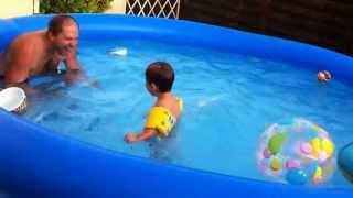 bébé de 28 mois Tom saut perilleux  dans sa piscine
