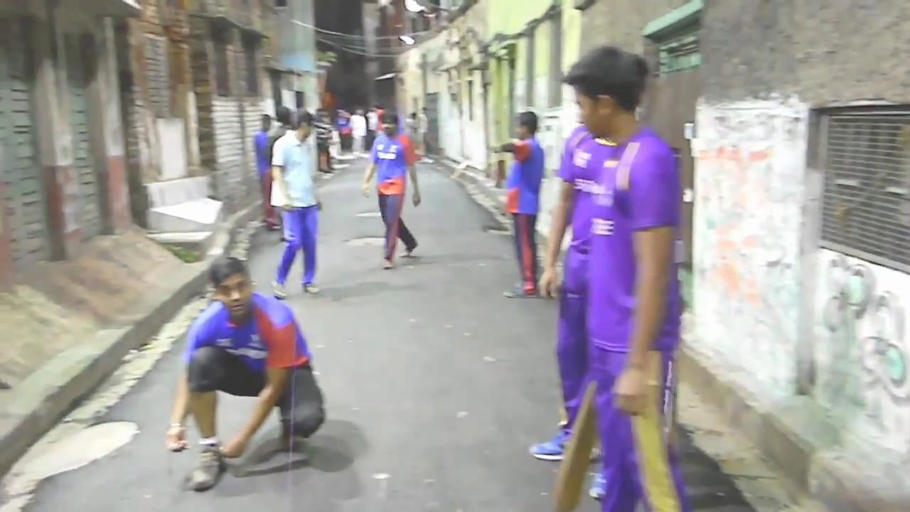 Night cricket on street, Kolkata, India. রাতের ক্রিকেট  রাস্তায় কোলকাতা।