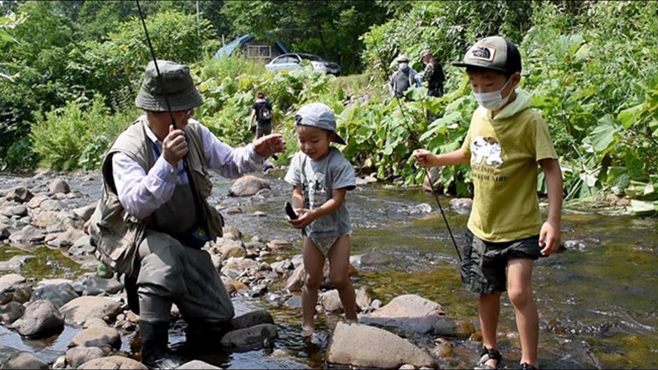 親子で釣った魚にどきどき 愛別で渓流釣り体験会