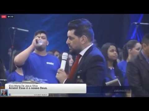 Pastor Yossef Akiva veste a camisa UMADC no meio do louvor antes de iniciar sua pregação