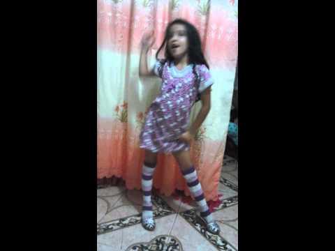 Niña de 7 años cantando y bailando la patica lulu.