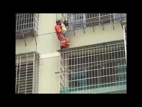 شاهد: إنقاذ طفلة في الصين بقيت معلقة في الهواء بين قضبان نافذة 10 دقائق…  - نشر قبل 3 ساعة