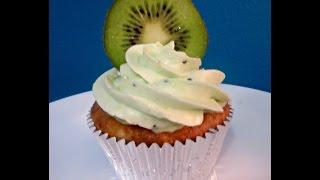كب كيك الموز و جوز الهند مع كريمة الكيوي الطازج Banana Coconut Cupcakes With Kiwi Buttercream