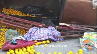 Mueren cortadores de naranja en aparatosa volcadura thumbnail