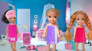 SCHOOL FRIENDS! Elsa and Anna Toddlers spend the weekend with the richest girl in School! Toys Dolls