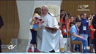 Criança com síndrome de Down chama atenção do Papa Francisco - CN Notícias