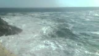 pescando en la playa con marea alta