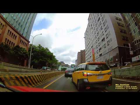 馬路三寶 職業駕照雞腿換來的 台北市基隆路車行地下道 660-L? 計程車 雙白線違規變換車道演示 影片20秒處
