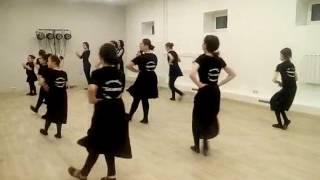 Урок кавказских танцев у девочек