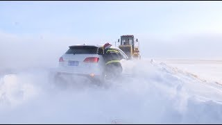 Heavy Snowfall Traps Cars on Highway in North China