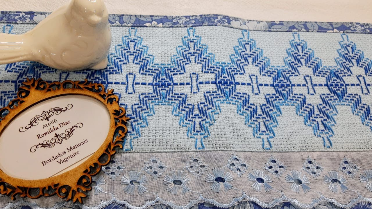26/20 - VAGONITE TRADICIONAL - Pano de Prato com Bordado Azul Danúbio
