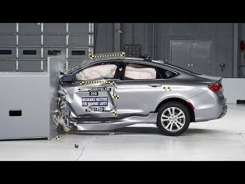 2015 Chrysler 200 4-door sedan small overlap IIHS crash test