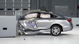 2015 Chrysler 200 4-door sedan small overlap IIHS crash test
