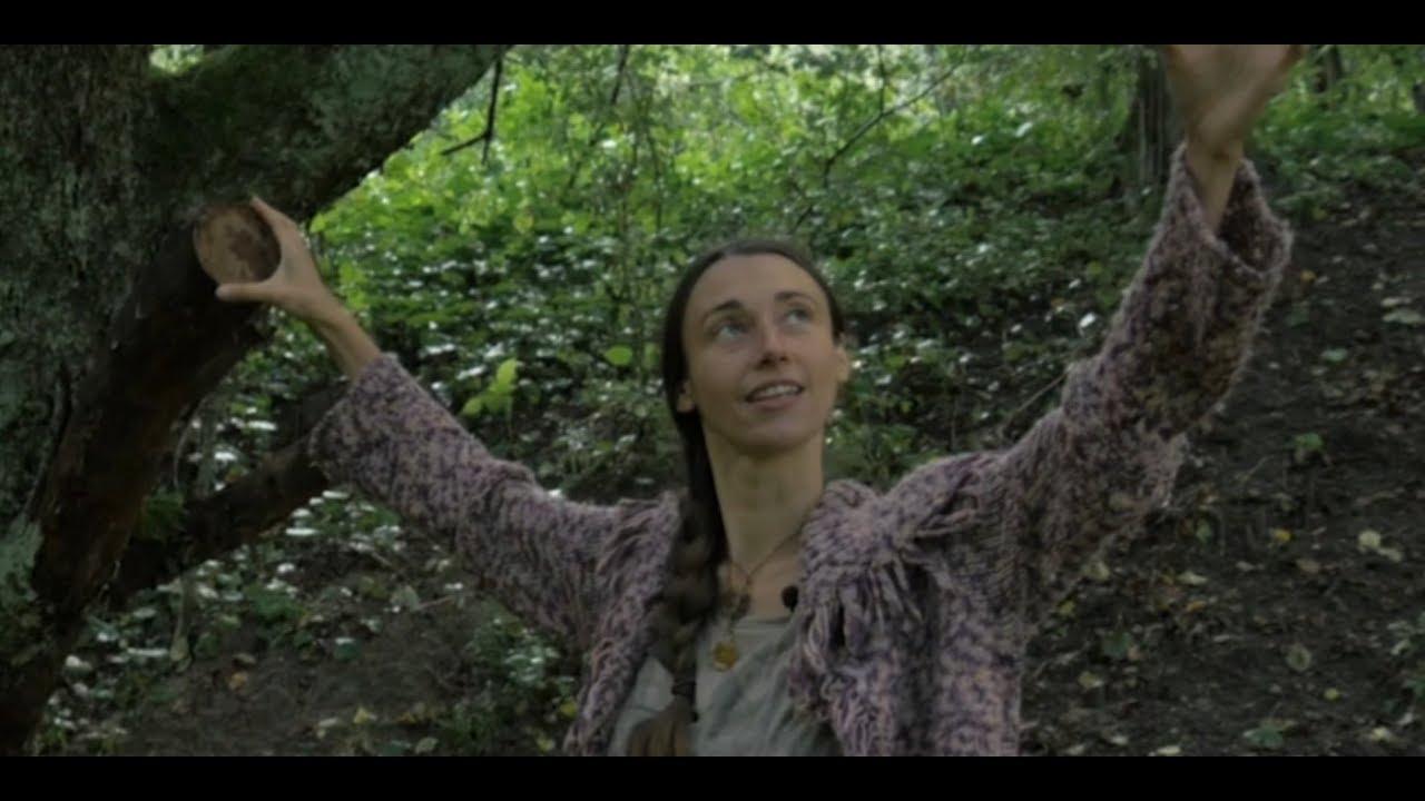 Anadżi opowiedziała o swoim porodzie na gałęzi jabłoni [Poza cywilizacją]