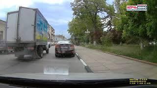Фото ДТП в Керчи: проезжающий грузовик задел припаркованную легковушку