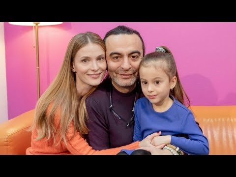Светлана Иванова показывает старшую дочь и называет имя младшей