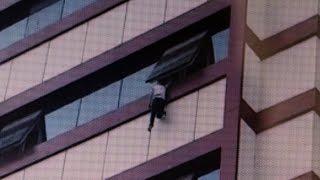 Gambar cover Küçük Çocuk Pencerede Asılı Kaldı..Vatandaş Aşağıdan Halı Açtı