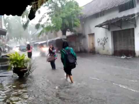ABG Smp pulang sekolah kehujanan eh kecipratan deh